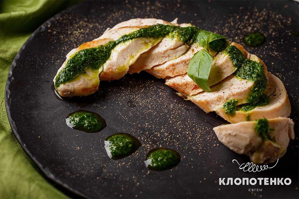 Курица сувид с зеленым соусом