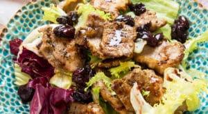 Теплый салат с телятиной и вишней