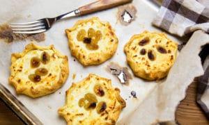 Тарталетки из песочного теста с козьим сыром и виноградом