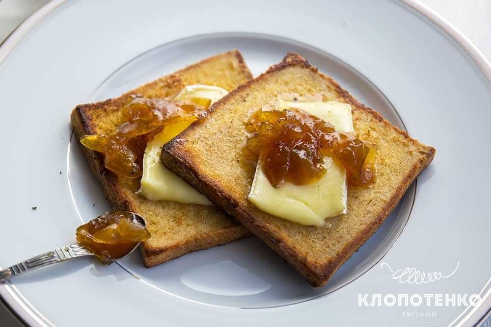 Французькі тости з сиром брі та цибулевим конфітюром