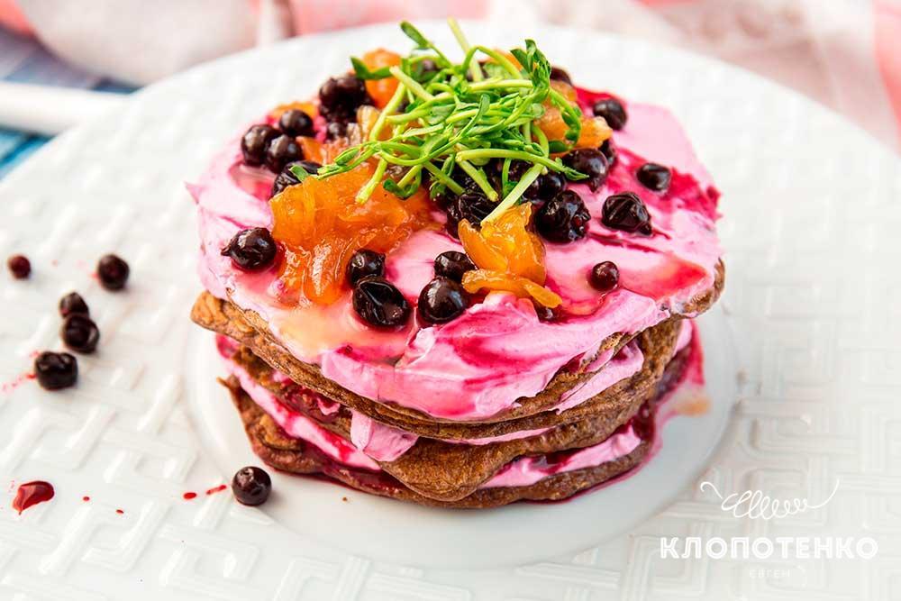 Печеночный торт с ягодами
