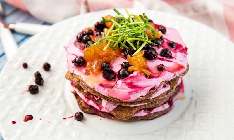 Печеночный торт с ягодами и луковым конфитюром