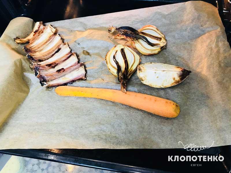 Достаньте овощи и кости из духовки