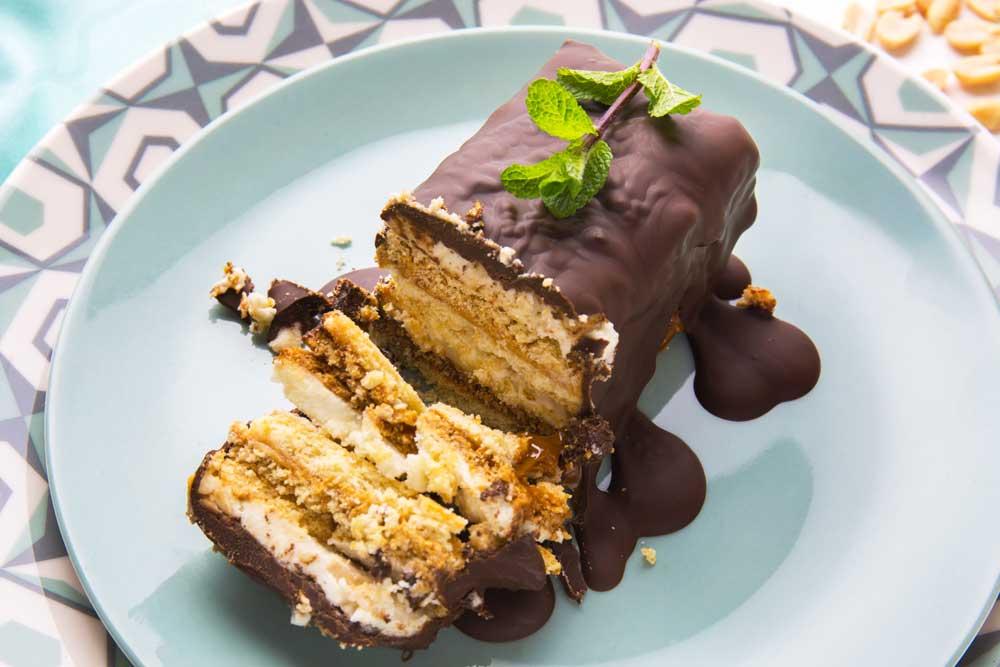 Торт с арахисом в шоколадной глазури