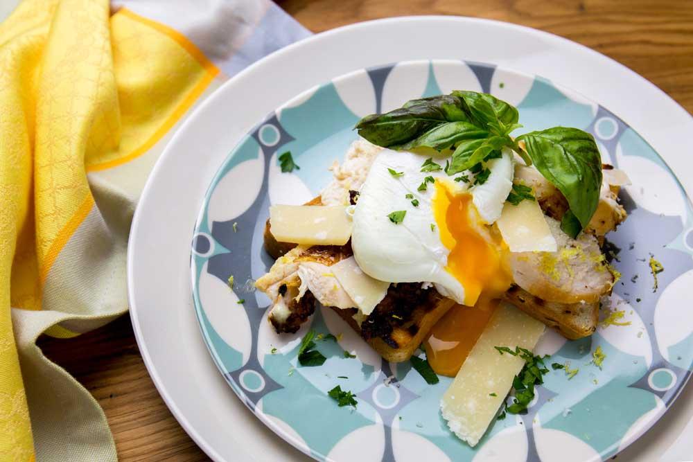Тости з яйцем пашот і куркою