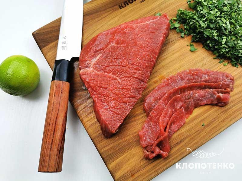Нарежьте 200 г говядины тонкими слайсами