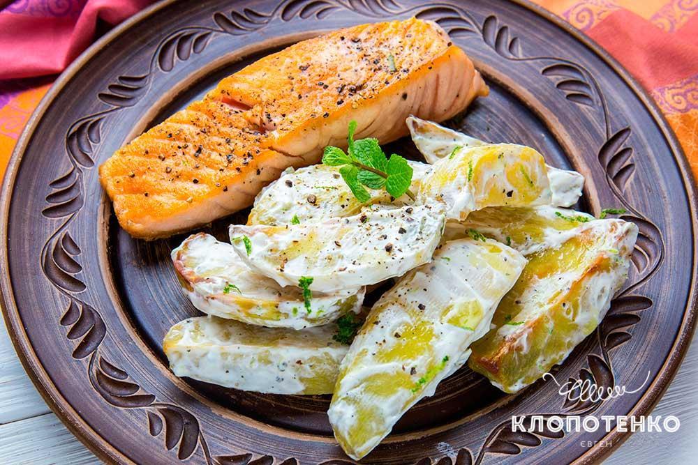 Жареный лосось с картофелем