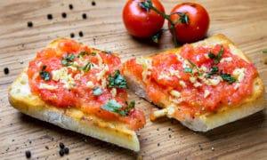 Испанский томатный хлеб с чесноком