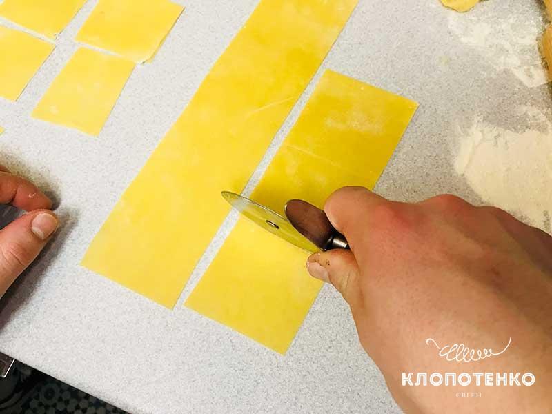 Раскатайте и разрежьте тесто