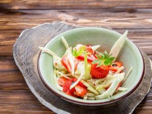 Салат с клубникой и фенхелем
