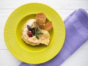 Запечённый сыр бри с базиликом и клубникой