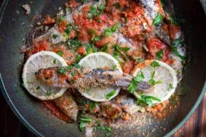 Сардины или салака с зеленью и панировочными сухарями