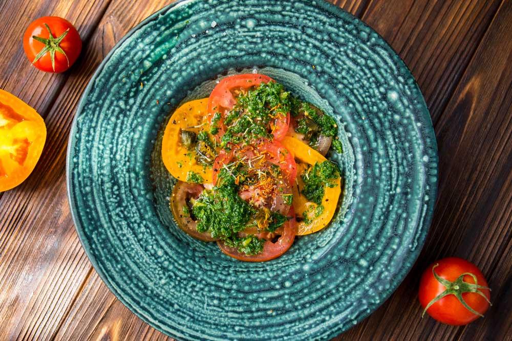 салат из томатов с зеленью и ванилью