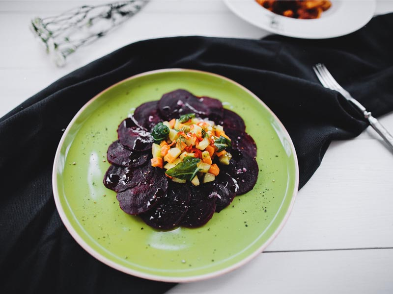 Карпаччо из свеклы с овощами и соусом винегрет