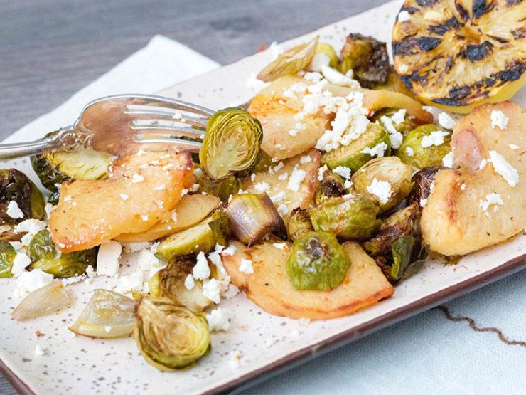 Салат с айвой и брюссельской капустой