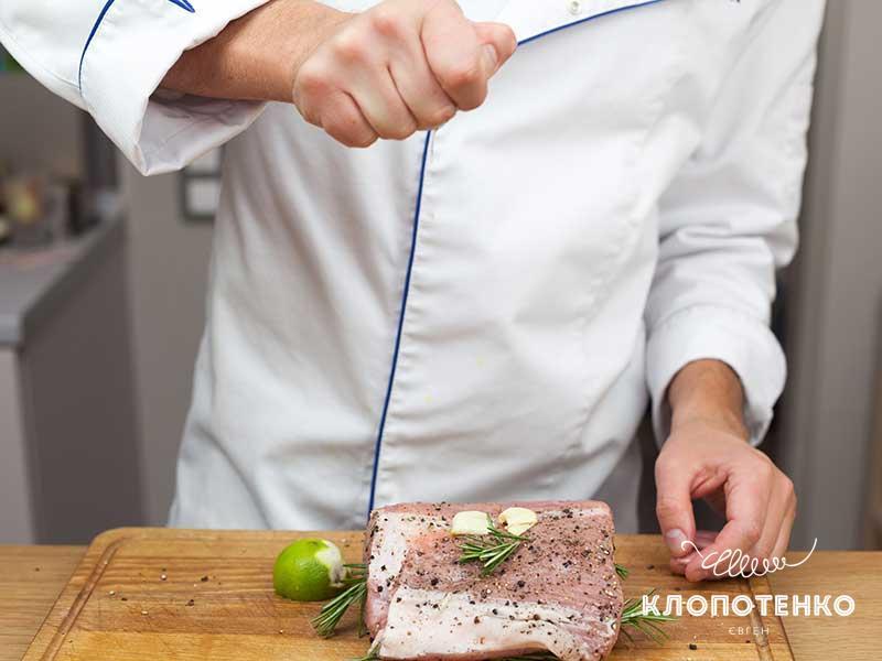 Полейте мясо соком лайма