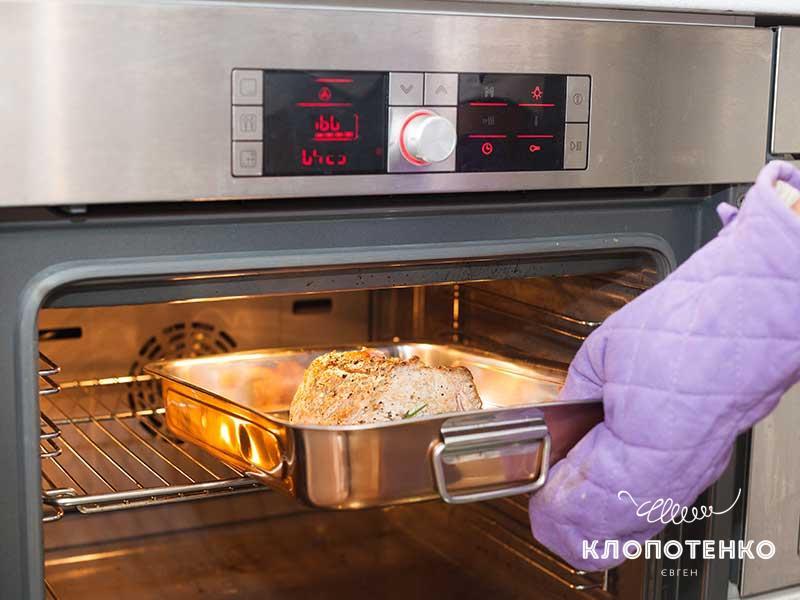 Запекайте мясо при температуре 180 градусов