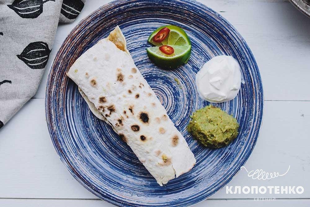 Мексиканський буріто з сальсою гуакамоле