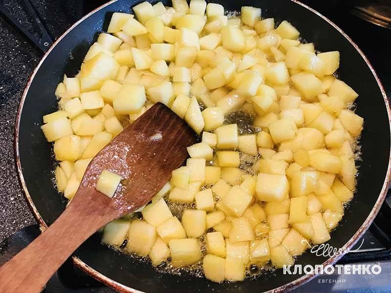Яблоки нарежьте кубиками и обжарьте
