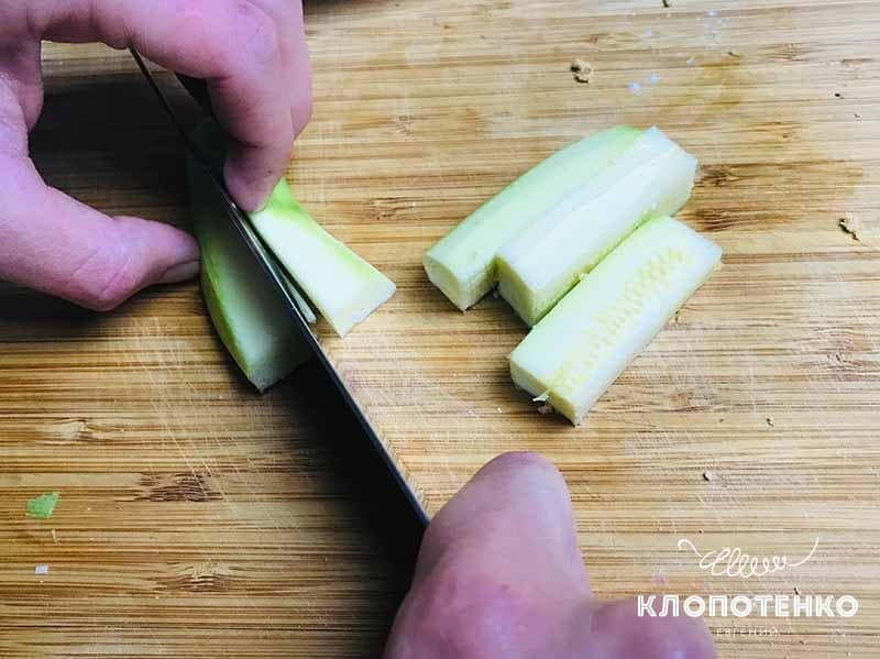 Нарежьте кабачки
