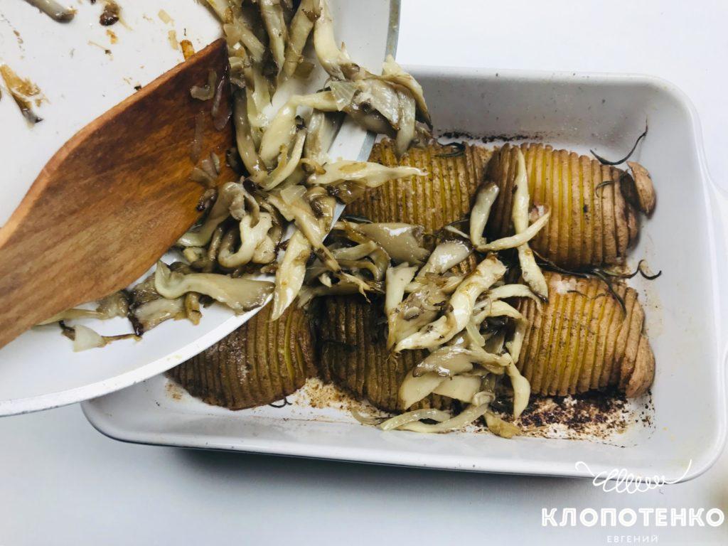 Посыпьте картофель жареными грибами
