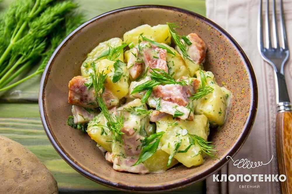 Картофельный салат с копчеными ребрами