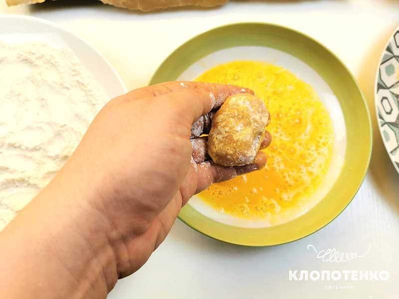 Окуните наггетсы в яйцо
