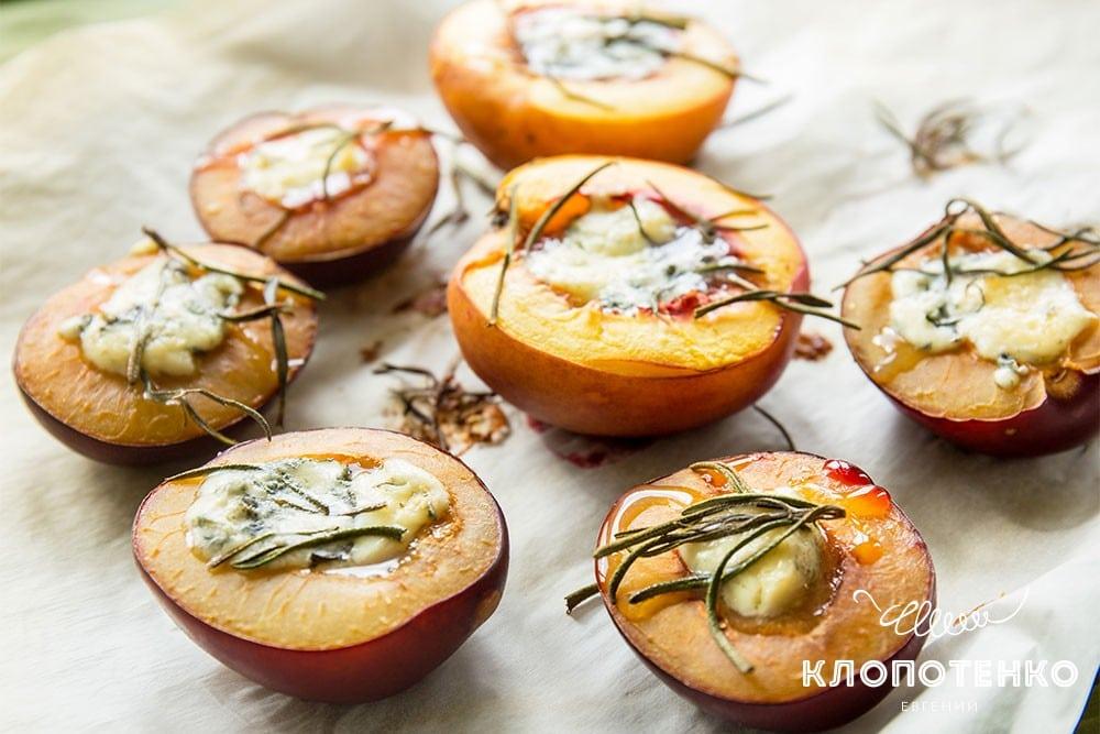 Персики та сливи на грилі з сиром дорблю