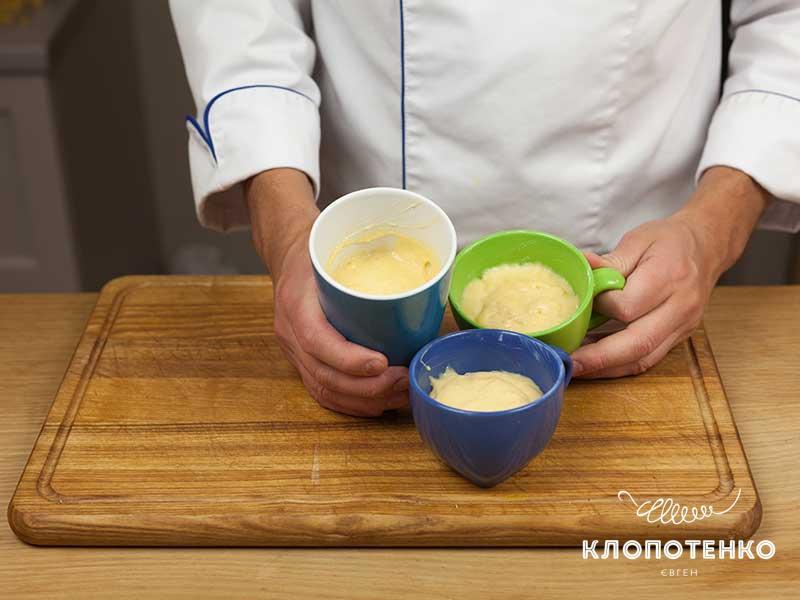 Разложите тесто в керамические формы