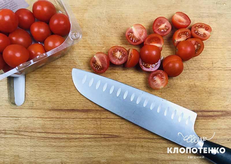режем томаты для салата Цезарь