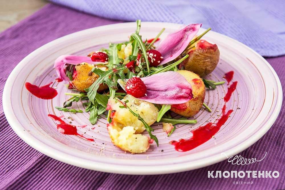 Салат с запеченным картофелем, руколой и малиновым соусом
