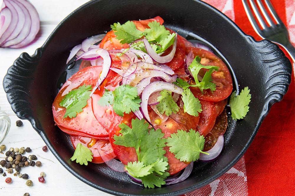 Салат з томатами, цибулею та кінзою