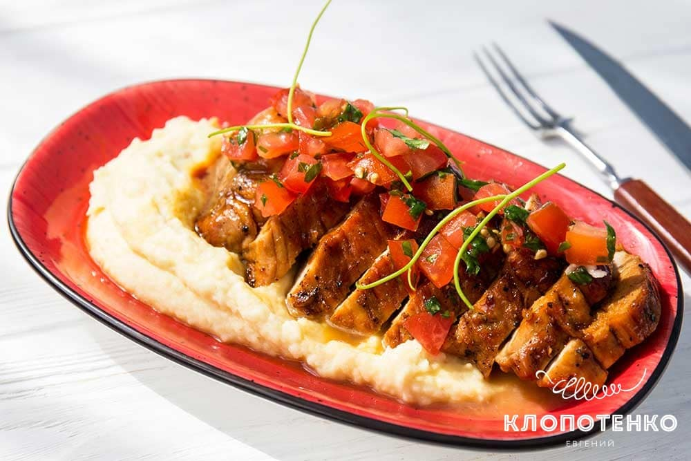 Свиняча вирізка з томатною сальсою і гарніром з пюре з хріном