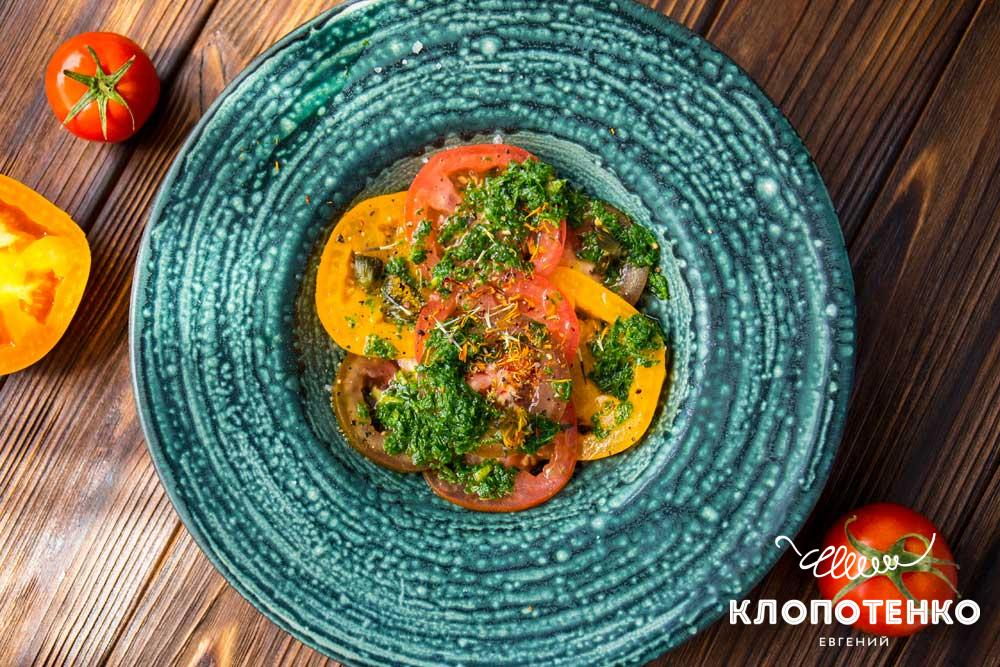 Салат з томатів із зеленню і ваніллю