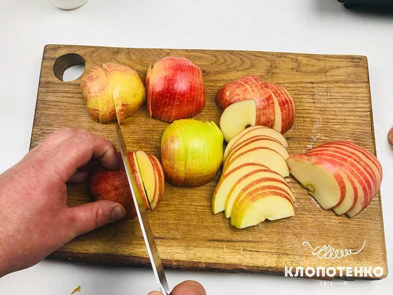 Порежьте яблоки на дольки