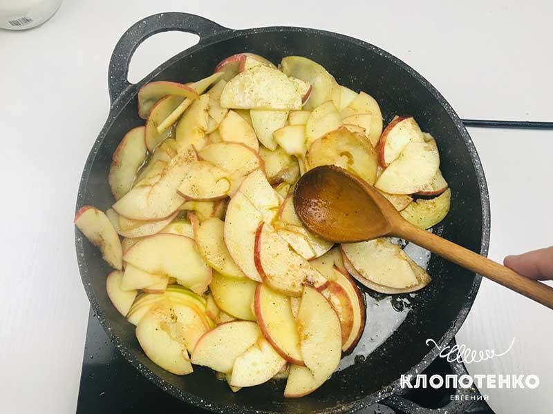 Тушите яблоки в течение 3-5 минут