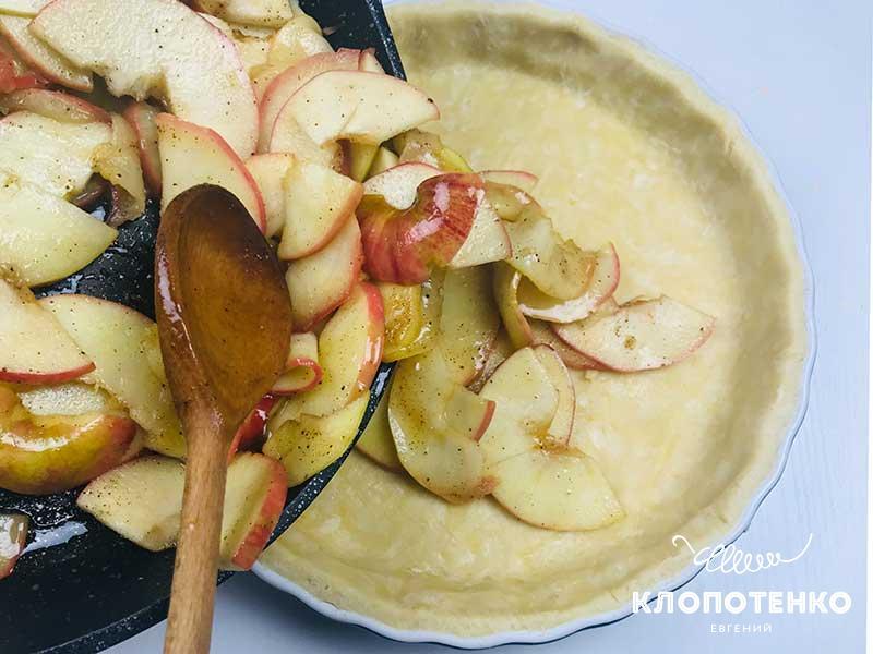 Выложите карамелизированные яблоки в форму с тестом