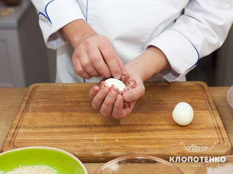 Заверните яйцо в фарш