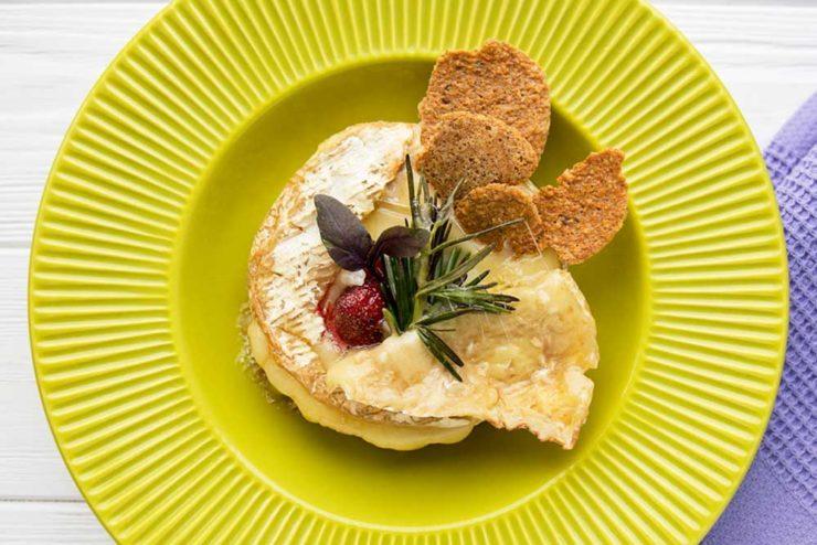 Запечений сир брі з базиліком і полуницею