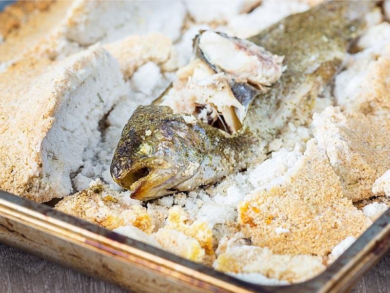 Форель, запечена в солі