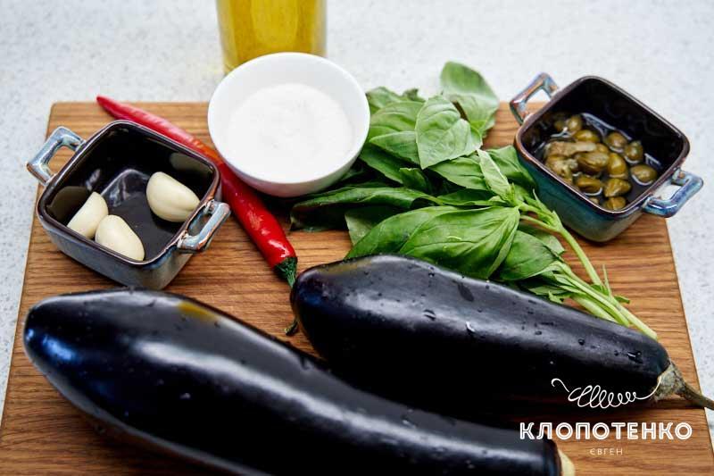 Подготовьте все ингредиенты для маринованных баклажанов
