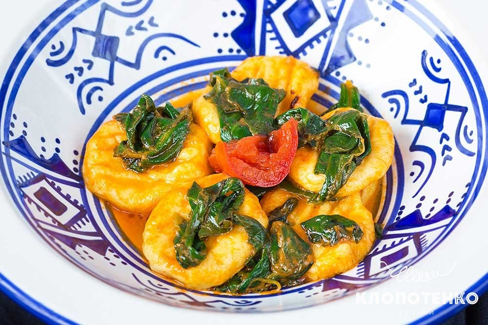 Ньокки со шпинатом и томатным соусом