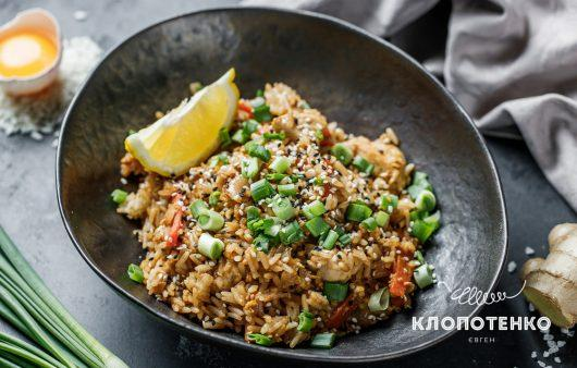 Смачно як у Таїланді. Рецепт смаженого рису з куркою та яйцем