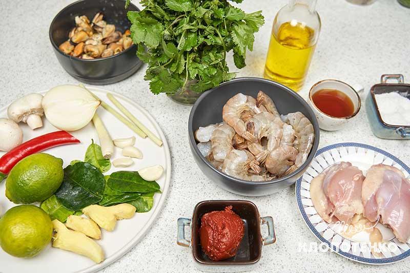 Подготовьте все ингредиенты для приготовления супа том ям