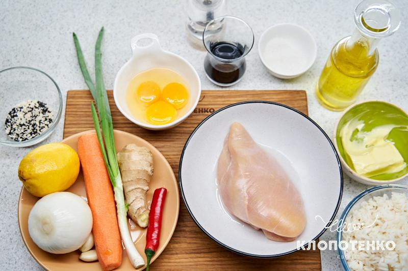 жареный рис с яйцом и курицей