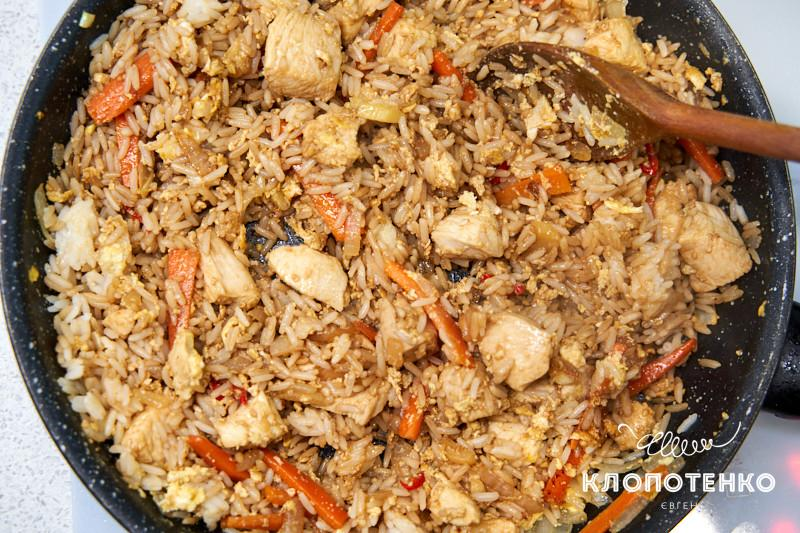 жвреный рис с яйцом и курицей