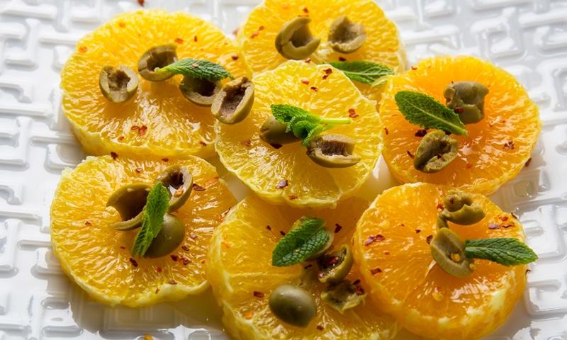 Апельсины с чили и оливками
