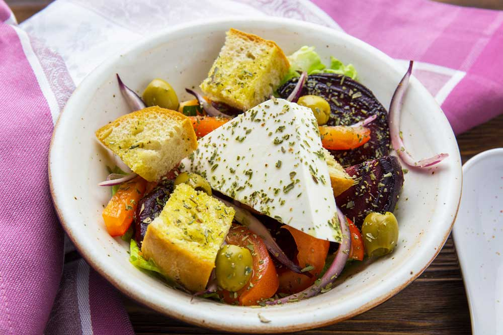 Греческий салат со свеклой и сухариками