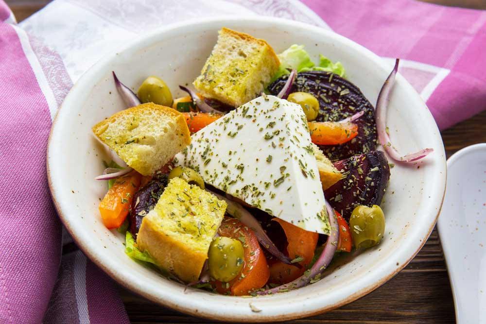 Грецький салат з буряком і сухариками