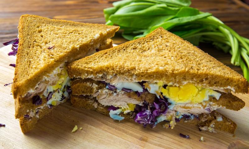 Клаб-сандвіч з індичкою і яйцем